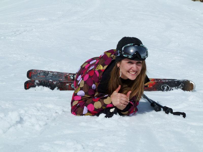 Ado dans la neige en colonie de vacances montagne