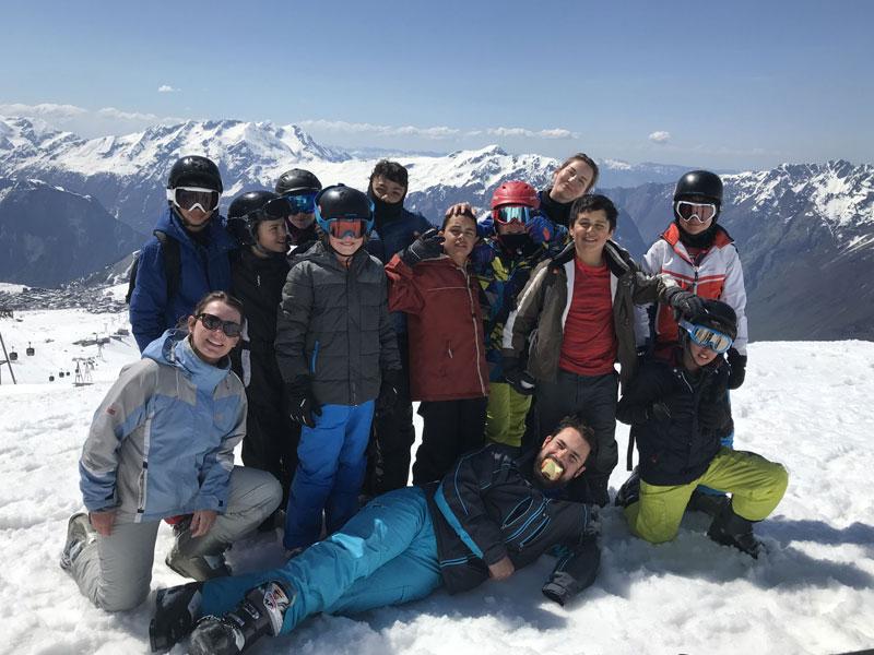 Groupe d'ados en colo au ski février
