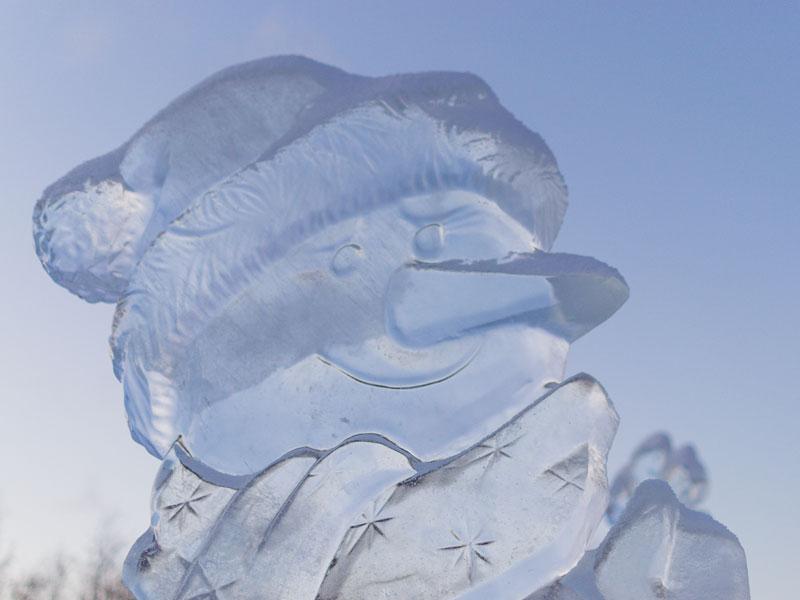 sculpture sur glace représentant un bonhomme de neige