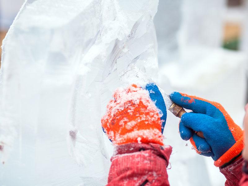 Un main d'enfant qui sculpte de la glace