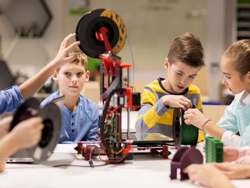Enfants apprenant la robotique