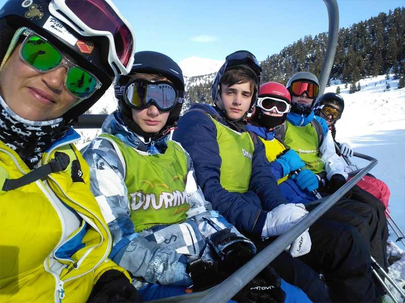 Adolescents sur une remontée mécanique en colonie d'hiver