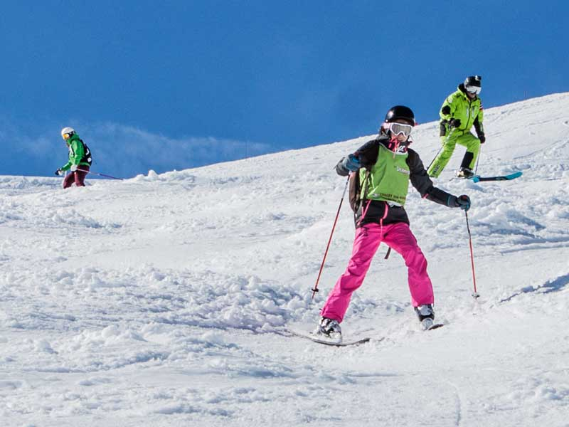 3 jeunes qui skient en colonie de vacances