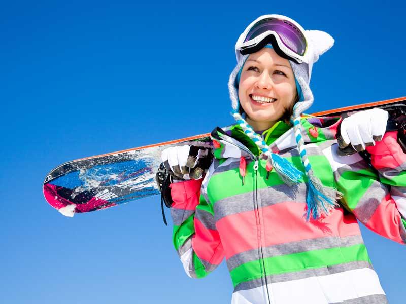Adolescente en snowboard lors de sa colo à la montagne