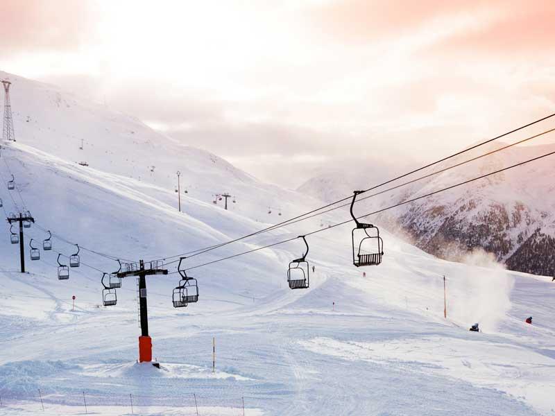 Paysage de montagne en colonie de vacances hiver