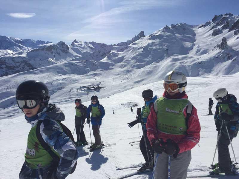 Groupe d'enfants à la montagne en colonie de vacances