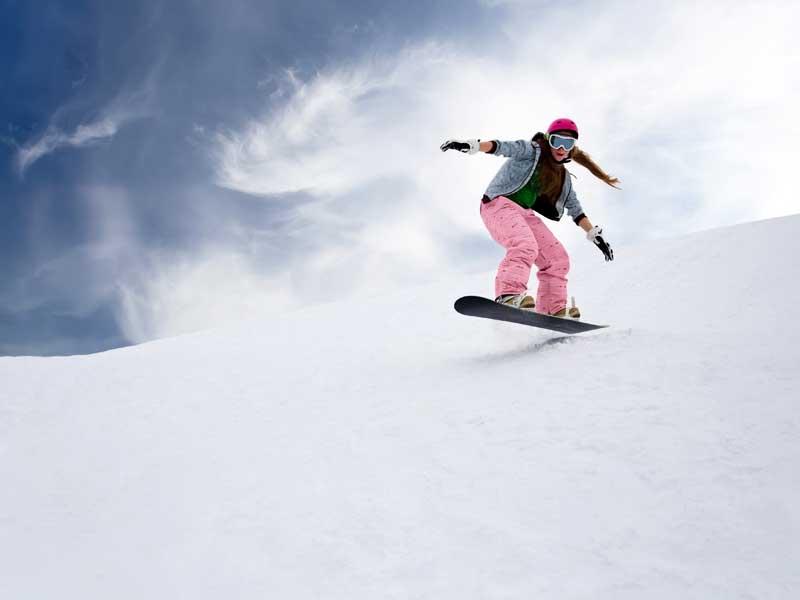 Snowbordeuse en colonie de vacances à la neige
