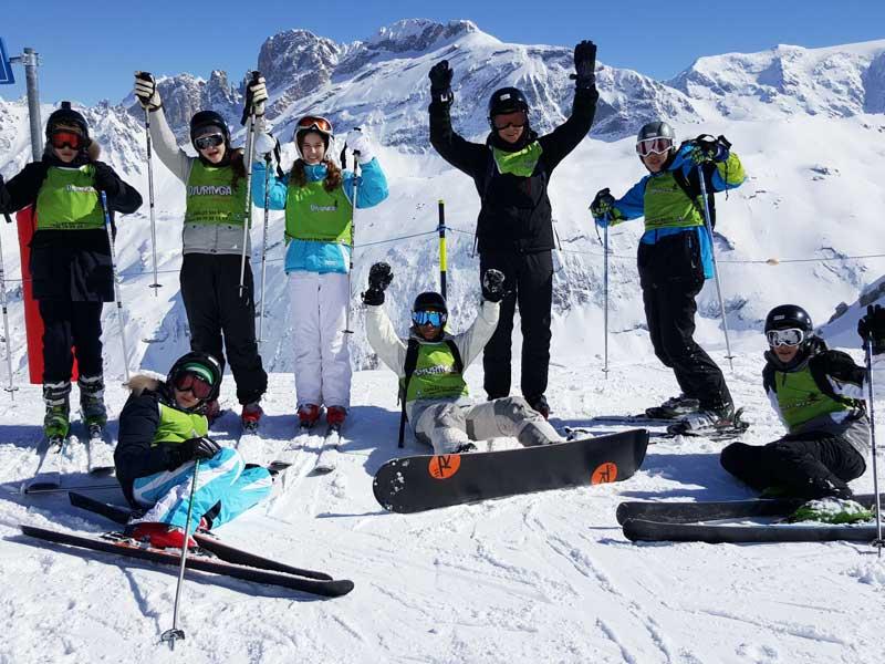 Photo de groupe au sommet de la montagne lors de leur colonie de vacances d'hiver