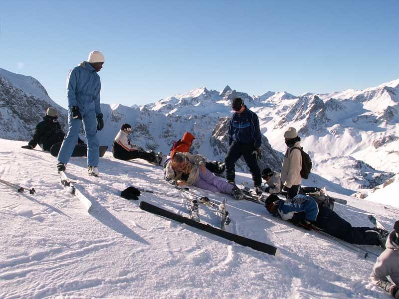 Groupe de jeunes en colonie de vacances ski
