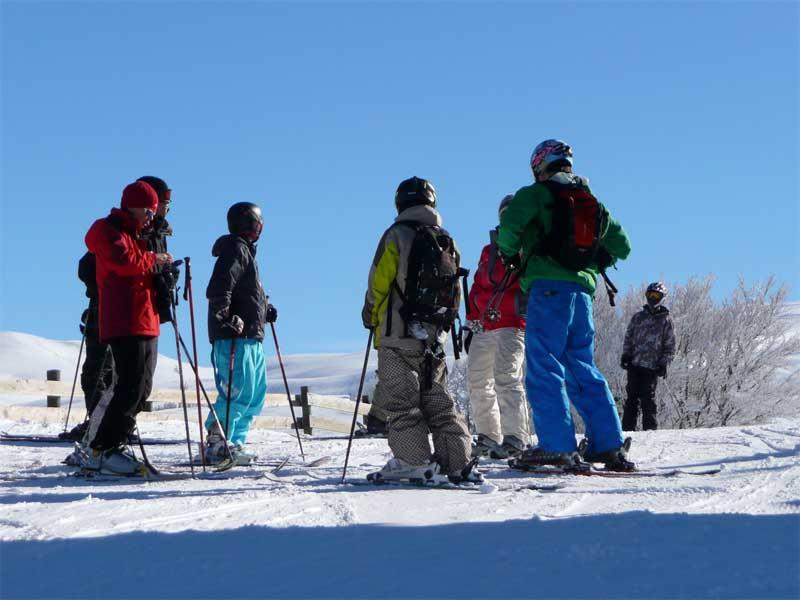Groupe d'ados faisant du ski en colonie de vacances