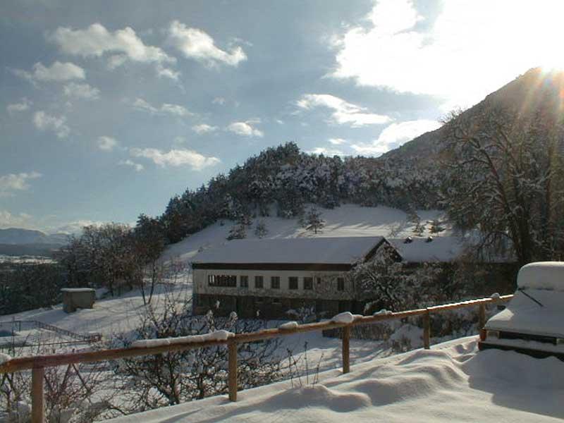 Vue sur le gite en colonie de vacances à la neige