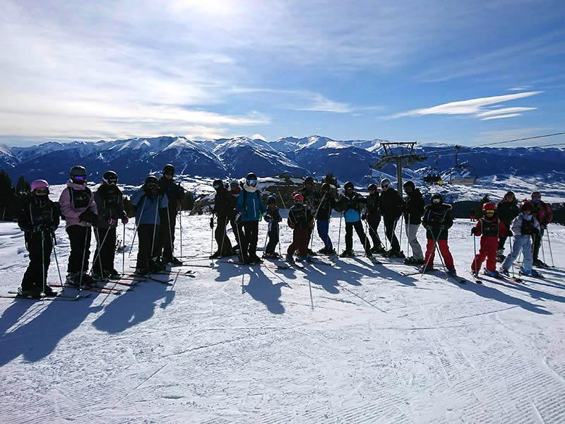 Groupe d'enfants cet hiver en colo sur les pistes de ski