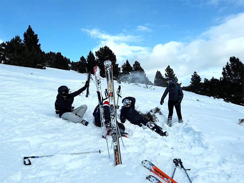 Enfants dans la neige en colo de ski cet hiver
