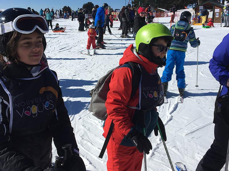 Enfants apprenant à skier en colonie de vacances cet hiver