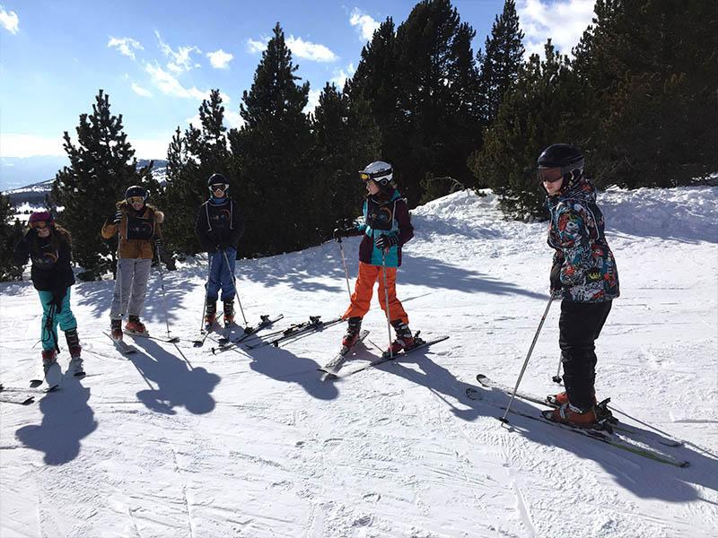 Groupe d'enfants sur les pistes de ski cet hiver en colonie de vacances
