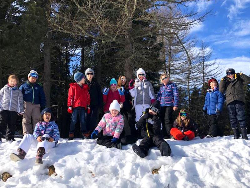 Groupe d'enfants en colo cet hiver ski