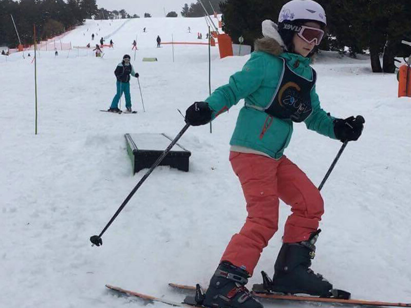 Enfant faisant du ski en colo cet hiver
