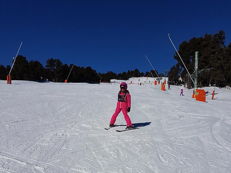 Enfant apprenant à faire du ski en colonie de vacances cet hiver