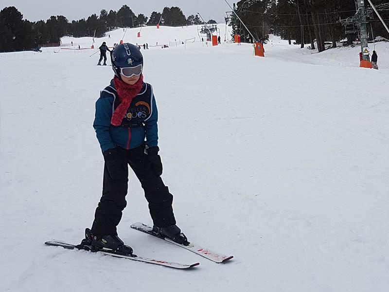 Enfant sur les pistes de ski de colo cet hiver