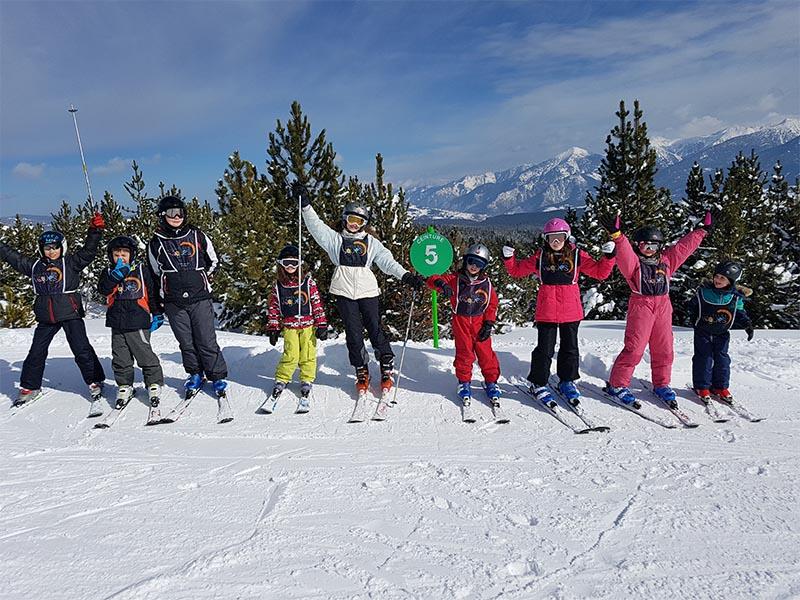 Groupe d'enfants sur les pistes de ski en colo cet hiver