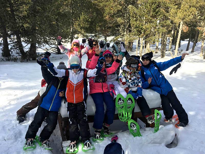 Groupe d'enfants avec des raquettes à la neige en colo cet hiver