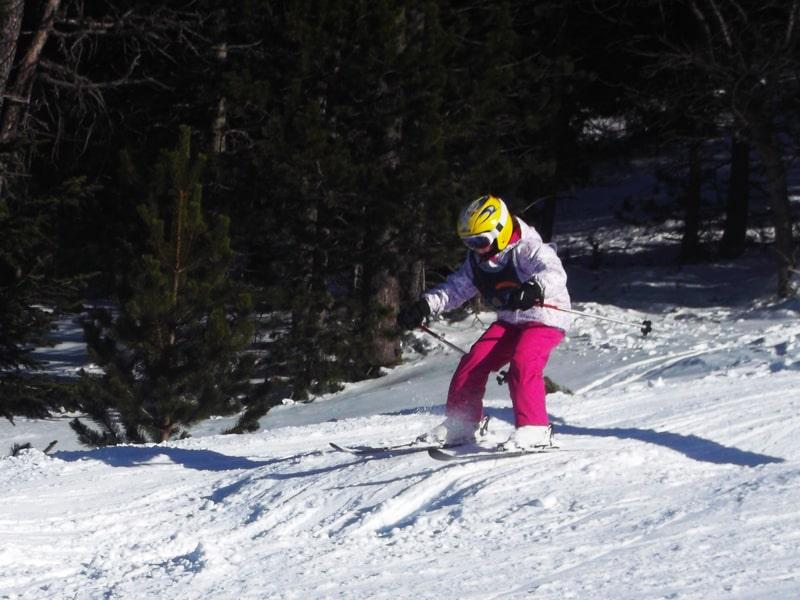 Fillette de 8 ans pratiquant le ski en colonie de vacances