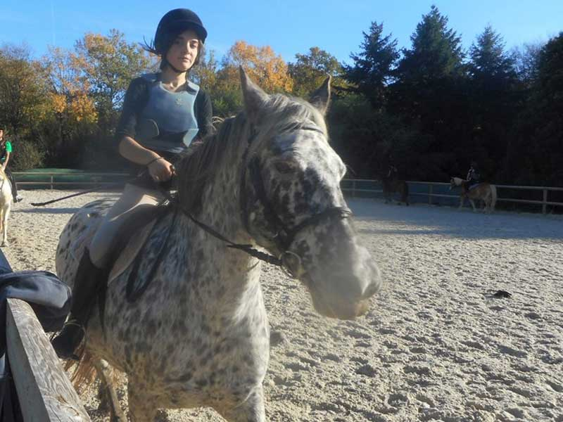 Enfant à cheval en colo