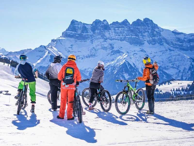 Enfants pratiquant le vtt électrique des neiges en colonie de vacances