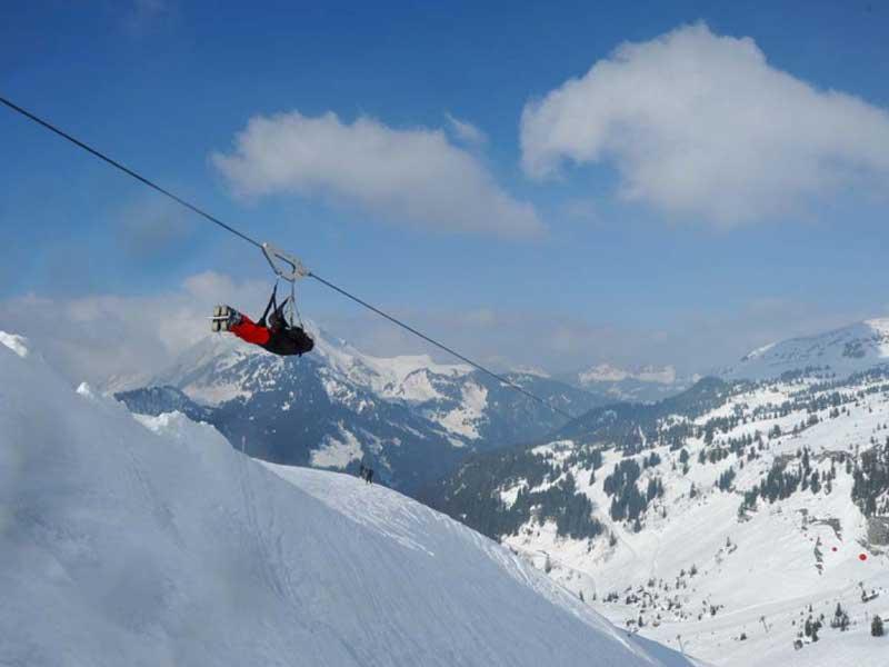 Ado faisant de la tyrolienne en montagne en colonie de vacances