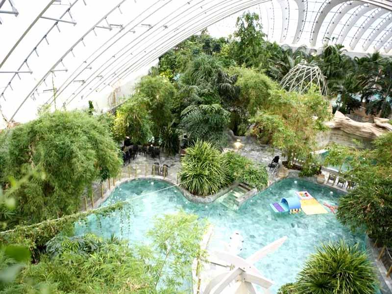 Vue sur la piscine de Center parcs cet hiver pour enfants en colo