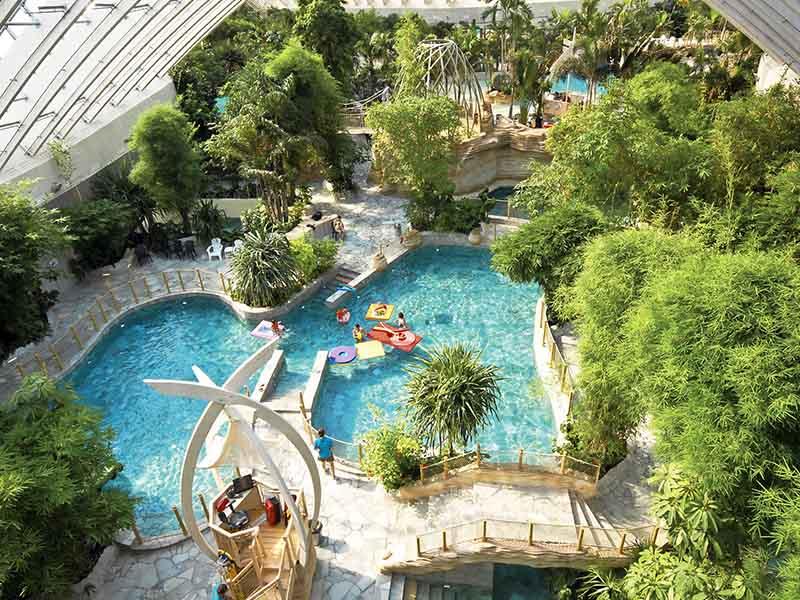 Grande piscine tropicale vue en colonie de vacances cet hiver