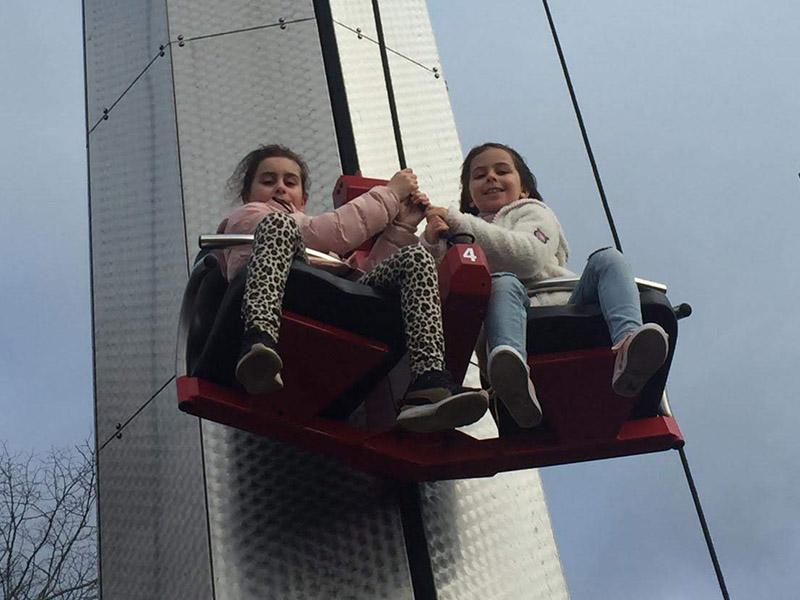 Enfants sur une attraction du Futuroscope cet hiver