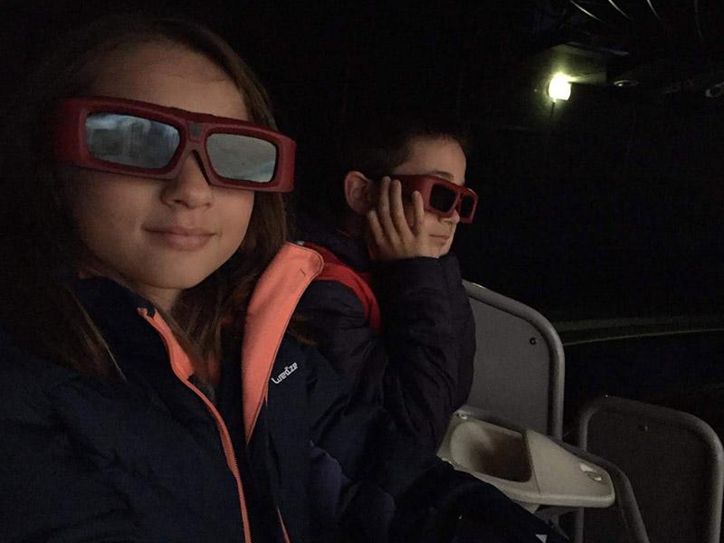 Enfants portant des lunettes de 3D en colonie de vacances cet hiver