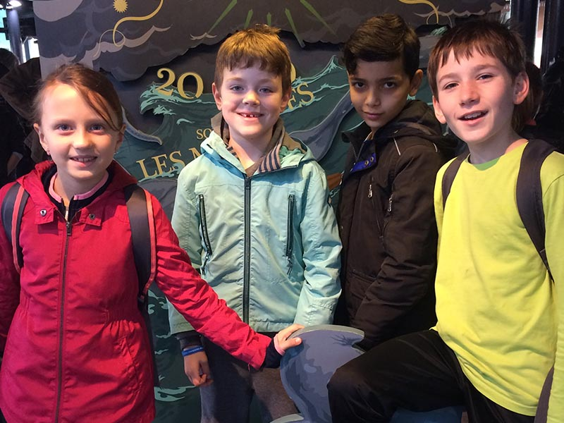 Trois enfants en colonie de vacances originale cet hiver