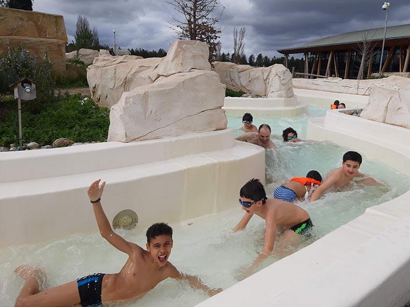 Enfants en train de se baigner dans un parc aquatique en colonie de vacances