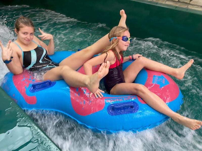 Enfants s'amusant dans les jeux d'eau en colonie de vacances cet hvier