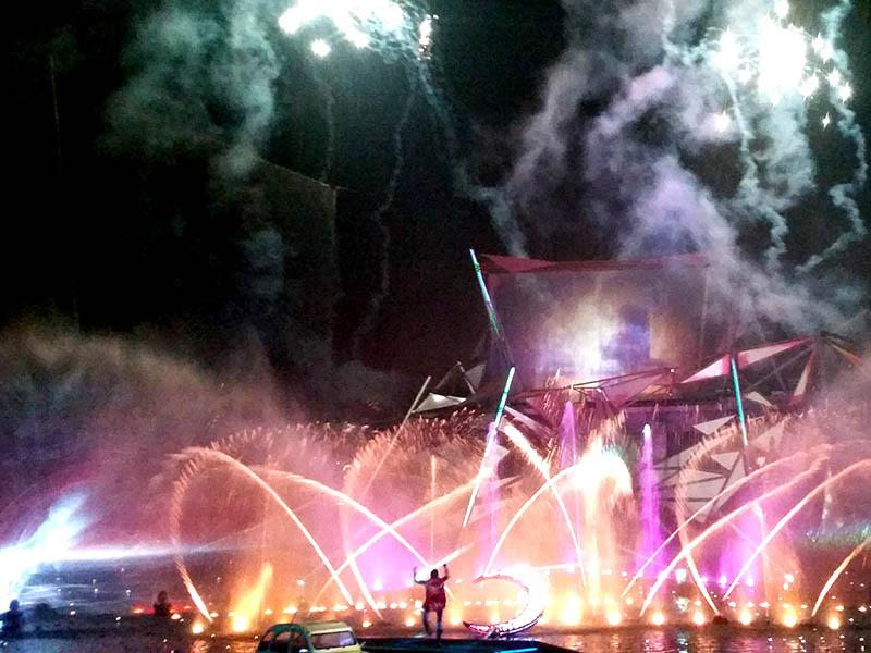 spectacle de nuit avec feux d'artifices en colonie de vacances d'hiver