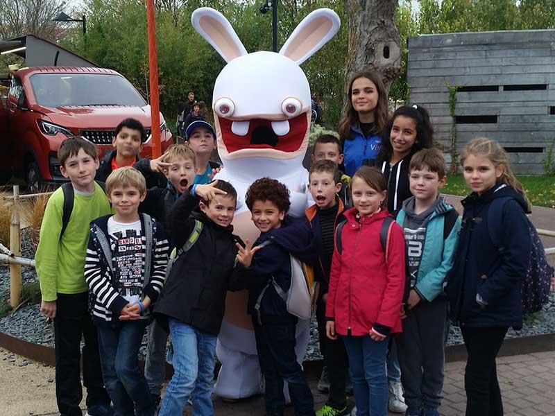 groupe d'enfants posant avec un lapin crétin en colo cet hiver
