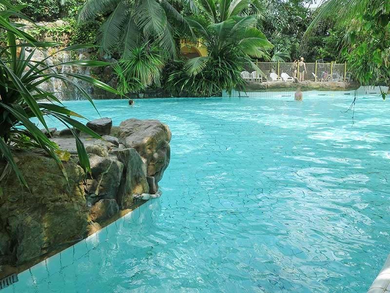 Vue sur la piscine de Center parcs pour enfants en colonie de vacances hvier