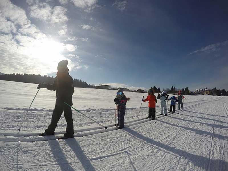 Enfants de 10 ans au ski à la montagne pendant les vacances en colonie de vacances