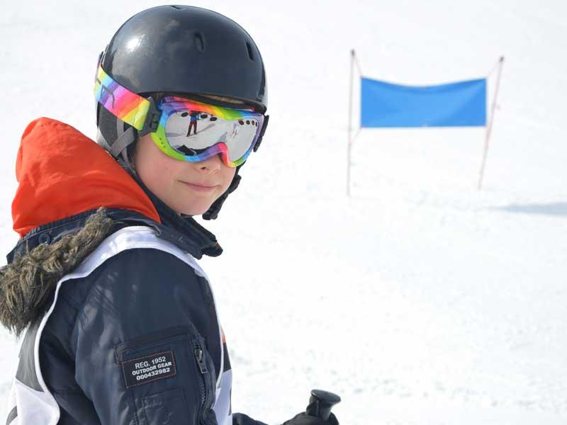 Portrait d'un ado en colonie de vacances sur les pistes de ski