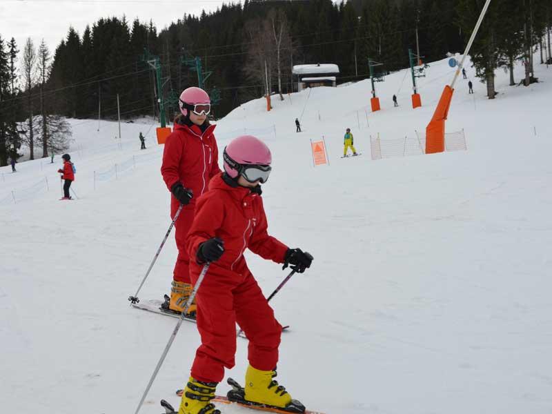 Enfants apprenant à skier en colonie vacances