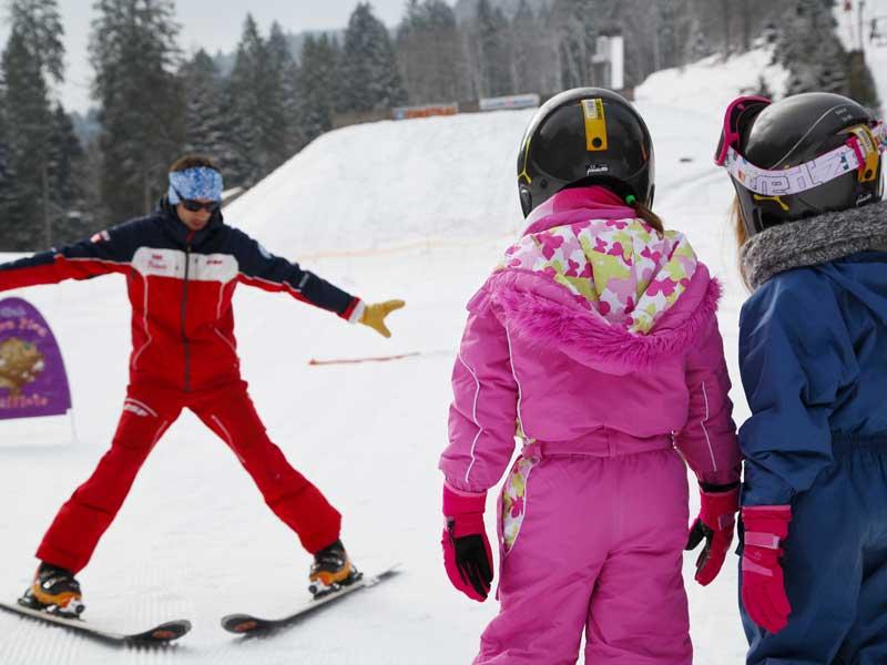 Enfants en colonie de vacances admirant la vue depuis le chalet à la montagne