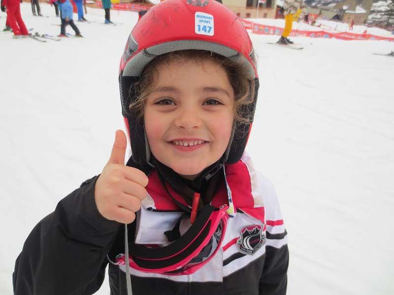 Portrait d'une fillette de 6 ans apprenant à faire du ski