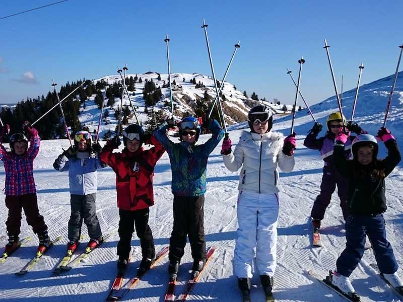 Groupe d'ados sur les pistes de ski cet hiver en colonie