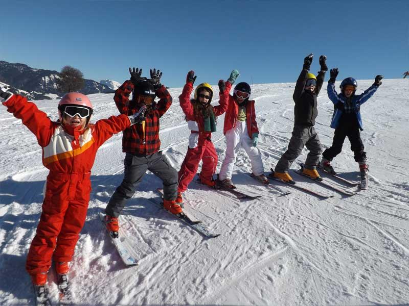 groupe d'enfants sur les pistes cet hiver en colonie de vacances ski