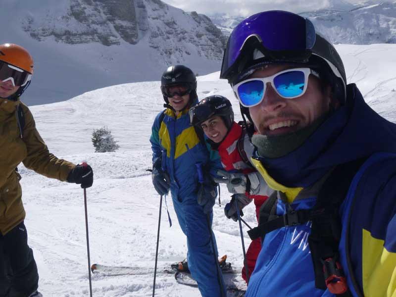 Ados et leur animateur de colonie de vacances au ski