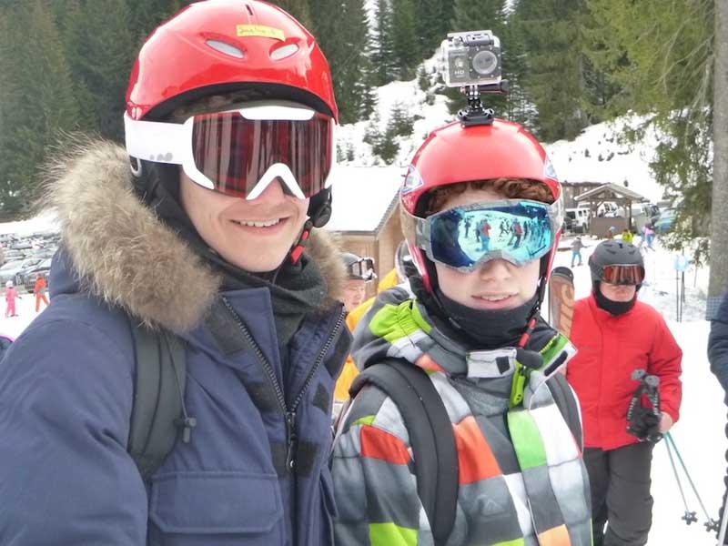 ados en colonie de vacances pour apprendre à faire du snowboard