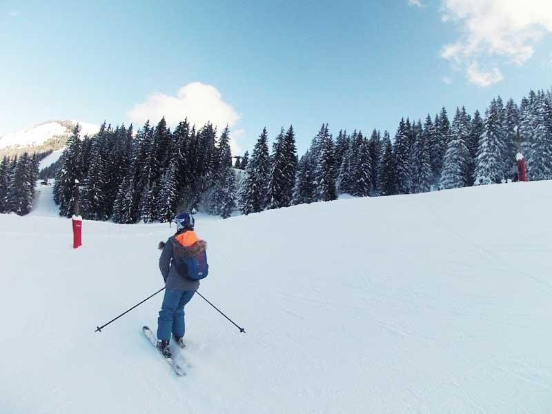 Ado pratiquant le ski en colonie de vacances de février