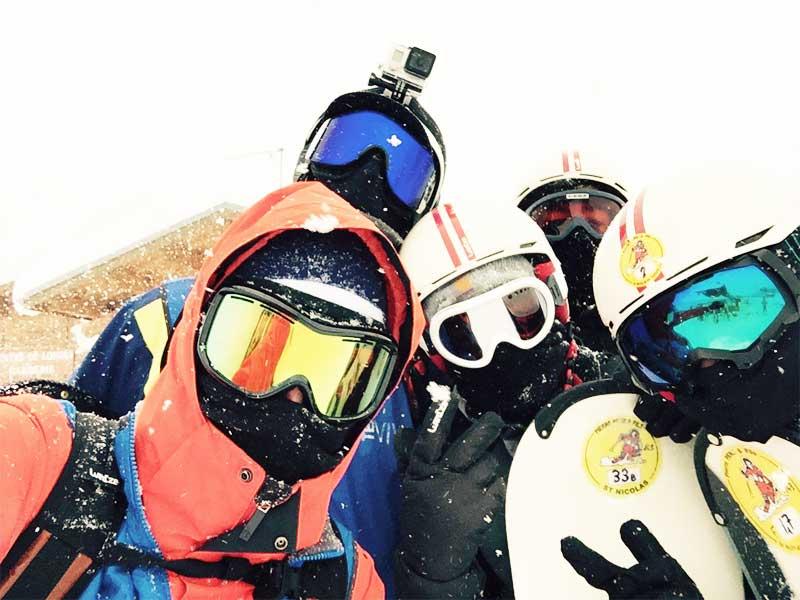 Groupe d'ados en colo à la neige